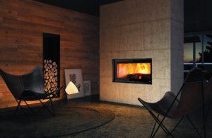 Panoramski kamin od jednog metra s pomičnim vratima. Elegantan i refiniran dizajn širokog stakla poboljšava mogućnost gledanja plamena, što pogled na vatru čini još ugodnijim. Opcionalan sustav ventilacije. Verzija s termičkom unutrašnjosti. Vanjski ulaz za zrak koji izgara. Ulaz za konvekcijski zrak.