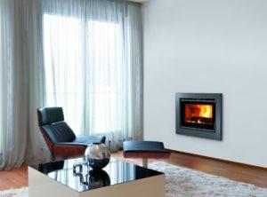 Zahvaljujući 49,5cm visine, KRONOS 60 odgovara većini otvorenih kamina bez potrebe za zidarskim radovima. KRONOS 60 je opremljen s 2 ventilatora i 2 izlaza za usmjeravanje vrućeg zraka. Ventilacija kroz ventilatore s 2 brzine i sigurnosnim termostatom. 80% efikasnosti. Od sada dostupan i s termičkom unutrašnjošću!