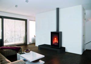 Za grijanje i dekoraciju. Vatra postaje središnji fokus Vaše sobe kod kombinacije VISION peći s klupom - savršeno rješenje za praktične i estetski ugodne instalacije. Klupadostupna u bijeloj ili crnoj boji. 80,4% efikasnosti. Minimalne emisije na 0,085%.