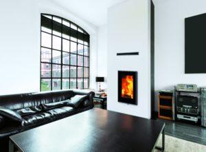 Kamin okomitog dizajna za uživanje u čarima vatre. Maksimalan pogled zahvaljujući vratima koja su u potpunosti postakljena. Hermetičan model s mogućnošću uzimanja zraka izvana za izgaranje i konvekciju.