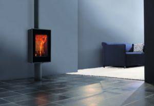 Elegantan i moderan, samostojeći dizajn kamin naglašava okomitost modela. 80,4% efikasnosti, minimalne emisije na 0,085%.