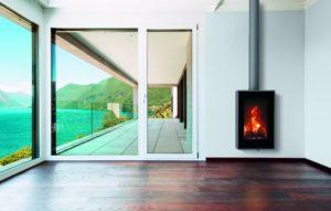 Okomita peć s modernim i suvremenim dizajnom. Maksimalan pogled zahvaljujući u potpunosti ostakljenim vratima. Hermetičan model s mogućnošću uzimanja zraka izvana za izgaranje i konvekciju. 80,4% efikasnosti, minimalne emisije na 0,085%.