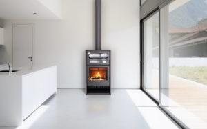 CARBEL ATLAS FRONT - Kamin na drva s pećnicom, s elegantnim i ublaženim linijama ponovno otkrijte užitak kuhanja u pećnici na drva! Pećnica velikog kapaciteta i kamin. Opcionalan 360m3/h ventilacijski sustav s 2 ventilatora s 2 brzine i sigurnosnim termostatom. 84% efikasnosti, minimalne emisije CO na 0,03%. Od sada dostupan i s termičkom unutrašnjošću!